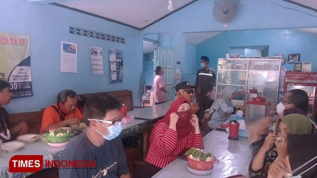Have the Local Taste of Fried Chicken at Warung Mak Yar Ngawi