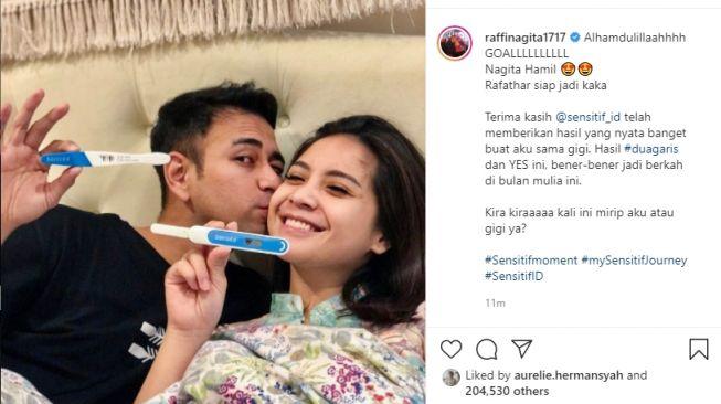 Raffi Ahmad dan Nagita Slavina  menunjukkan alat uji kehamilan. - (Instagram/@raffinagita1717)