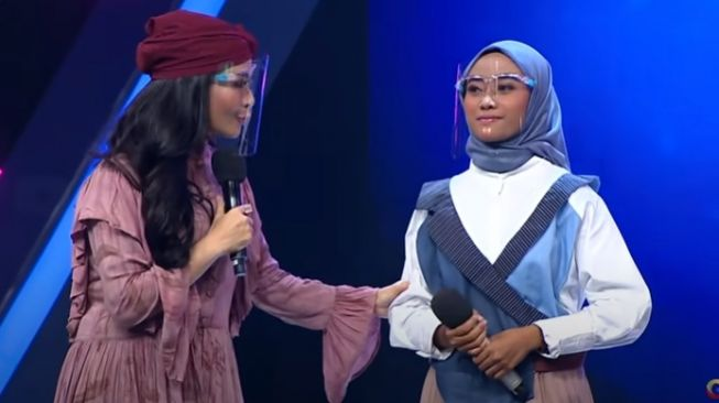 Iis Dahlia bersama peserta Voice of Ramadan 2021, Rahmi [YouTube/officialgtvid]