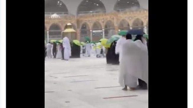 Masjidil Haram Diterpa Hujan Es, Simak Videonya!
