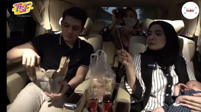 Irwansyah dan Zaskia Sungkar berburu takjil. [YouTube/The Sungkars Family]
