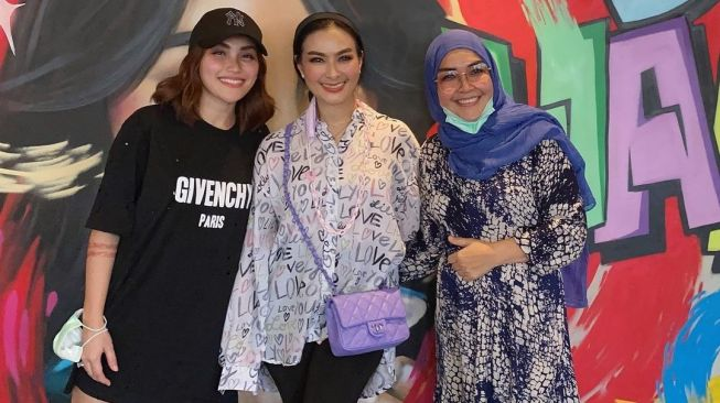 Iis Dahlia with Ayu Ting Ting and her mother, Umi Kalsum. [Instagram]