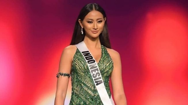 RR Ayu Maulida Putri di ajang Miss Universe 2020. (Instagram/@officialputeriindonesia)