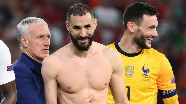 French national team striker Karim Benzema (center) chats with coach Didier Deschamps (left) and goalkeeper Hugo Lloris after the Euro 2020 Group F match against Portugal at the Puskas Arena, Budapest, Hungary, Thursday (24/6/2021) early morning WIB. [FRANCK FIFE / POOL / AFP]