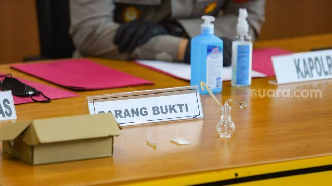 Barang bukti narkoba jenis sabu dan alat hisapnya ditampilkan saat rilis kasus narkoba yang menjerat Nia Ramadhani dan Ardie Bakrie di Polres Metro Jakarta Pusat, Kamis (8/7/2021). [Suara.com/Alfian Winanto]