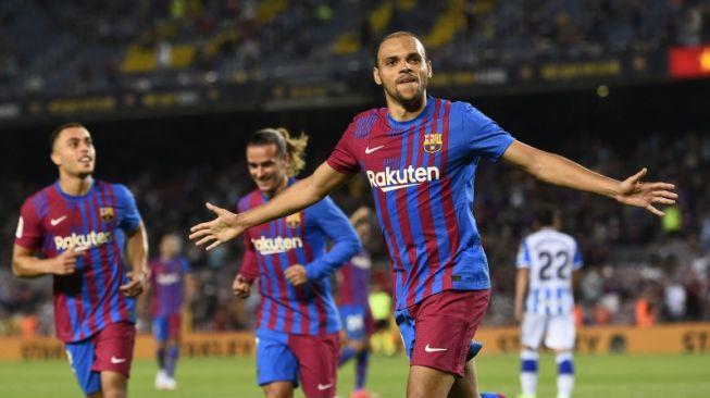 Penyerang Barcelona Martin Braithwaite melakukan selebrasi usai mencetak gol kedua dalam laga La Liga melawan Real Sociedad di Camp Nou, Barcelona, Spanyol pada 16 Agustus 2021. ANTARA/AFP/JOSEP LAGO