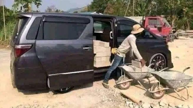 Toyota Alphard dijadikan mobil pengangkut bahan bangunan (Instagram)