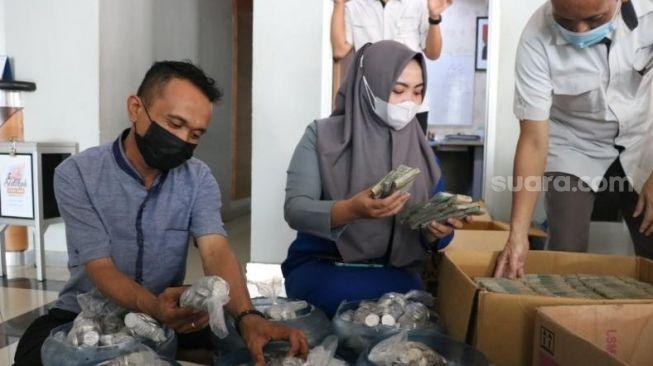 Viral Warga Makassar Beli Mobil Pakai Uang Koin, Hasil Menabung 4 Tahun