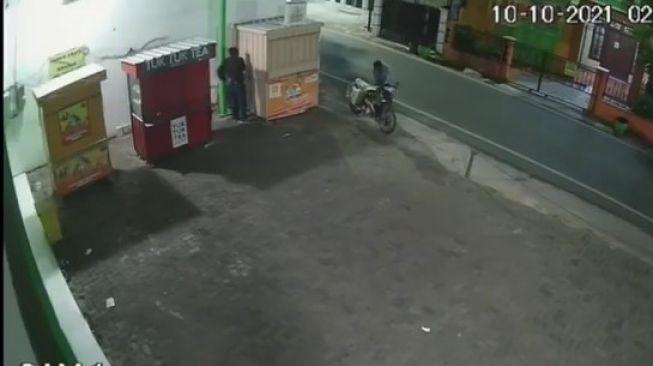 Terekam CCTV, Maling Tabung Gas LPG di Rombong PKL Bikin Warganet Geram