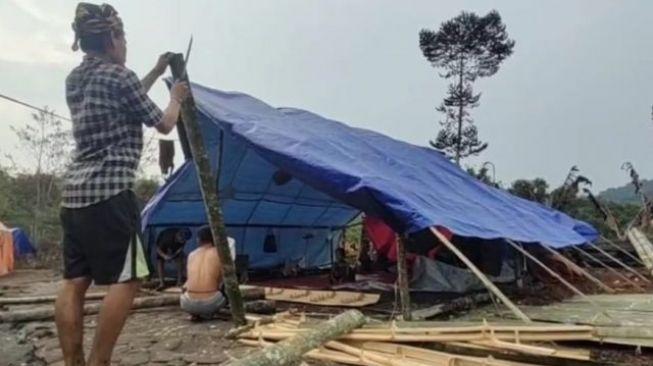 Korban Permukiman Warga Baduy Terbakar Dirikan Tenda Dari Terpal Untuk Tempat Tinggal