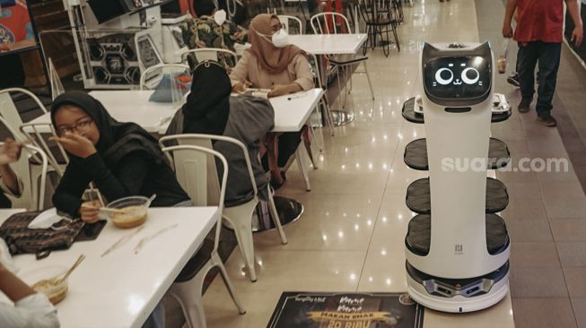 Robot Pramusaji Layani Pengunjung Food Court di Pusat Perbelanjaan