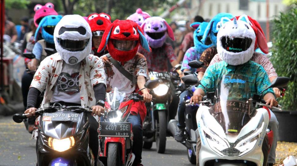 Anggota Komunitas Elmo And Friend's konvoi keliling menggunakan helm  berdesain  boneka, di Kawasan Menteng, Jakarta Pusat, Minggu (11/11). (Suara.com/Fakhri Hermansyah)