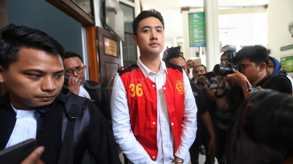 Terdakwa kasus penyalahgunaan narkoba jenis kokain Richard Muljadi berjalan saat menjalani sidang putusan di Pengadilan Negeri Jakarta Selatan, Kamis (14/2). [Suara.com/Muhaimin A Untung]