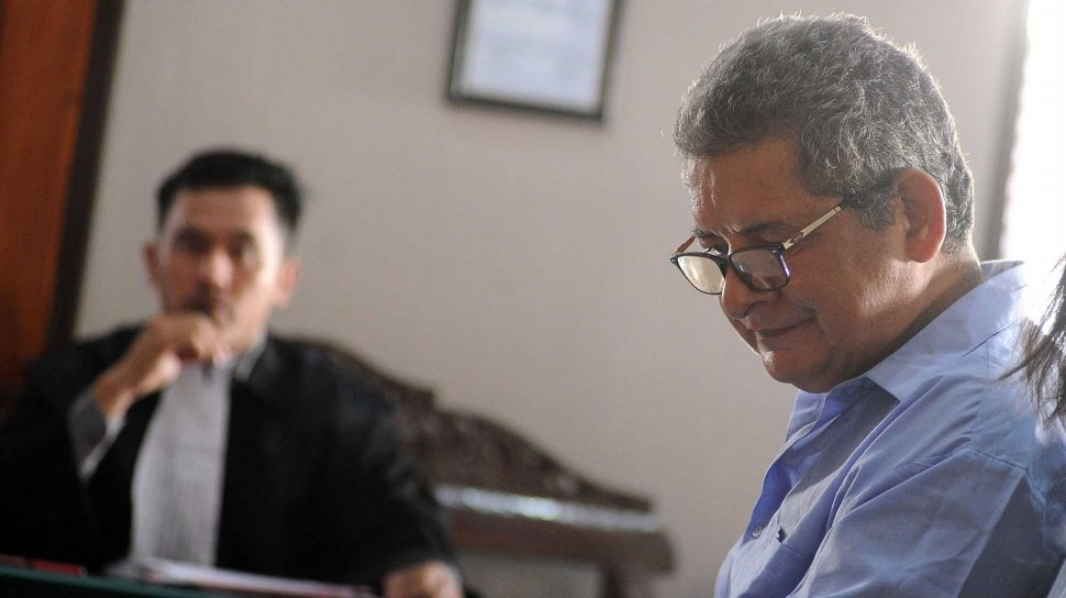 Warga negara Peru Guido Torres Morales menjalani sidang tuntutan di Pengadilan Negeri Denpasar, Bali, Senin (18/11). [ANTARA FOTO/Fikri Yusuf]