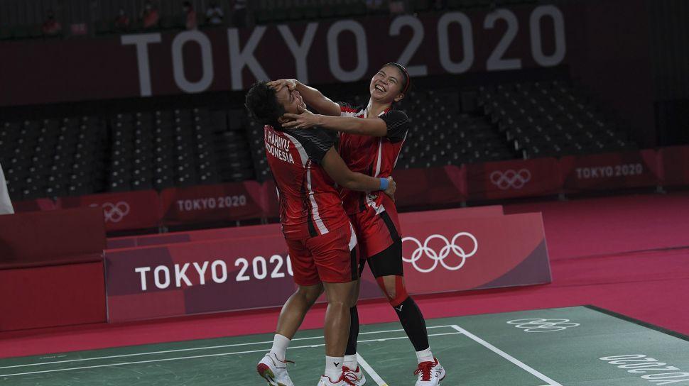 Pebulutangkis ganda putri Indonesia Greysia Polii/Apriyani Rahayu merayakan kemenangan atas ganda putri Korea Selatan Lee Sohee/Shin Seungchan dalam semifinal Olimpiade Tokyo 2020 di Musashino Forest Sport Plaza, Tokyo, Jepang, Sabtu (31/7/2021). [ANTARA FOTO/Sigid Kurniawan]