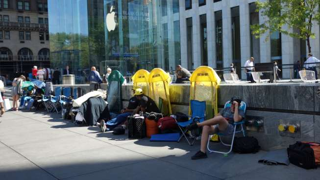 Antrean calon pembeli menjelang rilis iPhone 7, di kawasan dekat Apple Store di Fifth Avenue, New York, Rabu (14/9/2016). [Don Emmert/AFP]