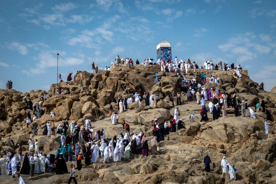 Peziarah mengunjungi bukit Jabal Rahmah di kawasan Padang Arafah, Makkah Al Mukarramah, Arab Saudi, Sabtu (4/5). ANTARA FOTO/Aji Styawan