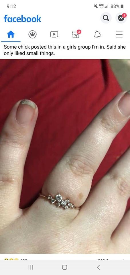Cincin tunangan dan kuku yang bikin salfok. (Facebook/@You said yes, but your finger said no)