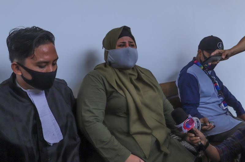 Elvy Sukaesih's daughter, Dhawiya Zaida, gave a statement to reporters after her husband, Muhammad Basurrah, was sentenced to five years in prison in a drug case at the East Jakarta District Court, Friday (3/7/2020). [Suara.com/Alfian Winanto]