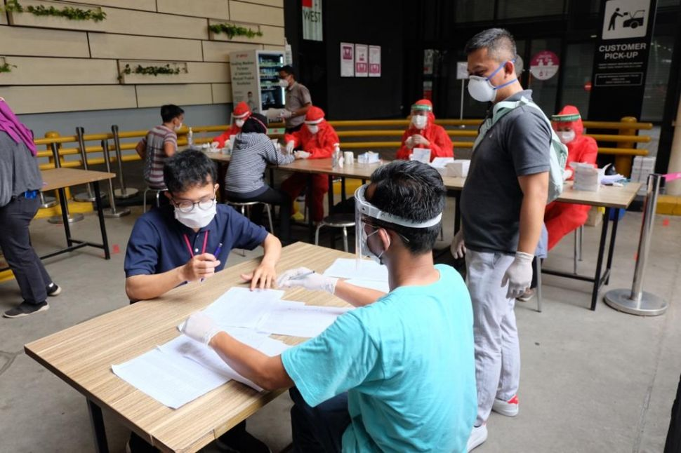 Swab test pekerja AEON Mall BSD City (Dok. AEON Mall Indonesia)