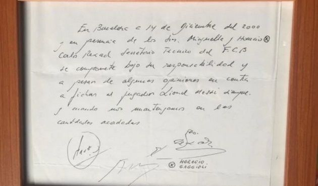 Lionel Messi's first contract at Barcelona, written on a napkin. [Foto: Marca]