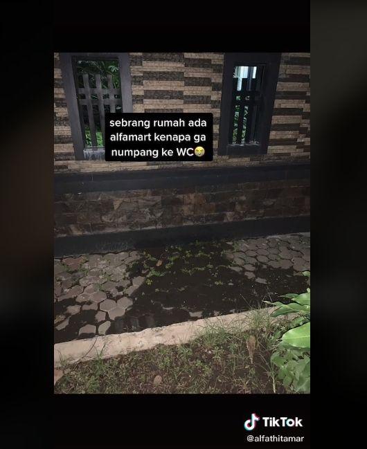 Video pria kencing sembarangan di pagar rumah orang. (TikTok/alfathitamar)