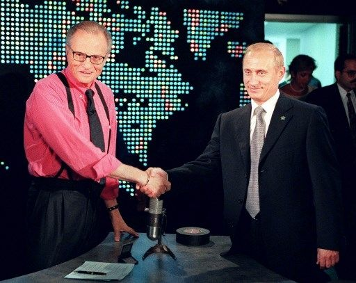 Penyiar Legendaris AS Larry King bersama Vladimir Putin. [AFP]