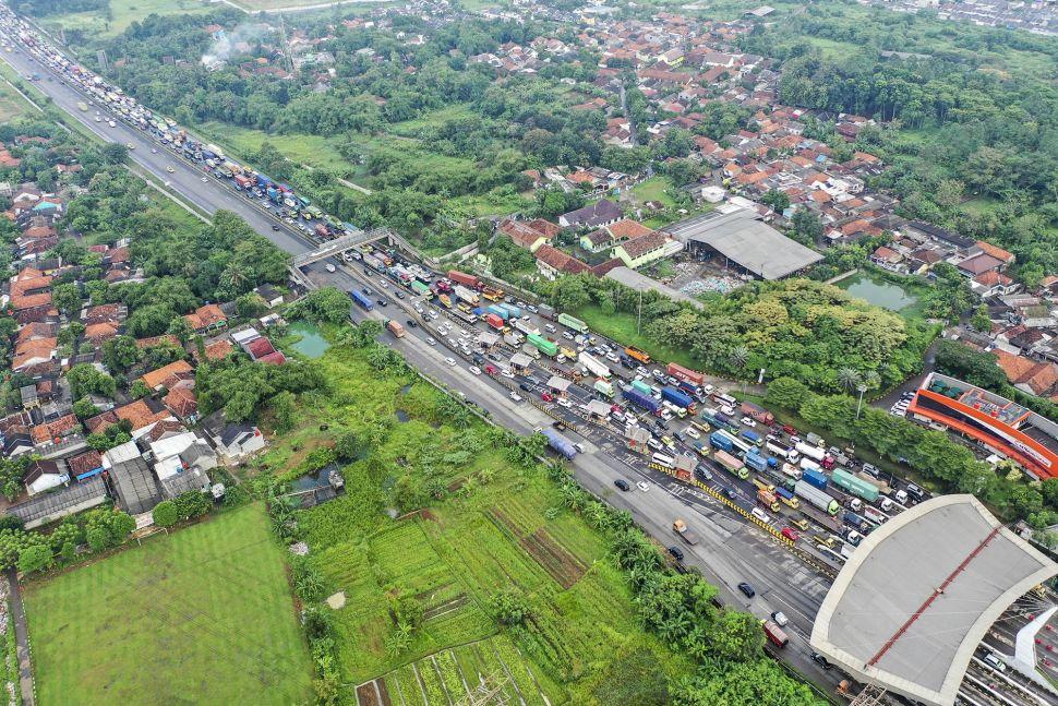 Foto aerial kendaraan terjebak macet di Pintu Tol Cikupa, Tangerang, Banten, Kamis (6/5/2021). ANTARA FOTO/Galih Pradipta