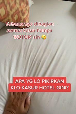 Pria temukan bercak mencurigakan di sprei hotel. (Tiktok)