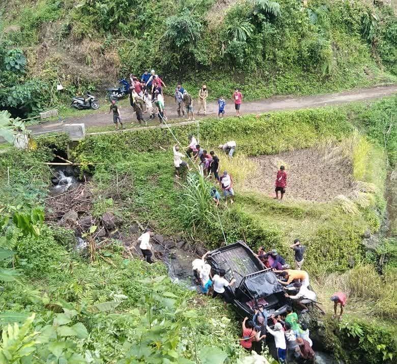 Mobil angkut rombongan pengantin terperosok ke jurang di Lebak, Selasa (8/9/2021). [Istimewa]